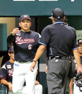 4回1死一塁、グラシアルの死球の判定を不服として球審に詰め寄り、禁止行為で退場となった井口資仁監督(左)
