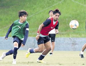 ゲーム形式の練習でボールを追いかける磐田FW大久保(右)