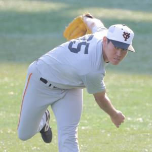 キャッチボールで調整する巨人・桜井