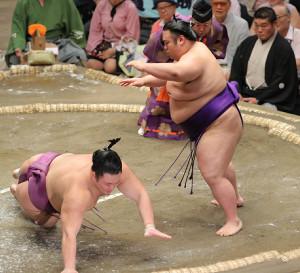 朝乃山(左)をはたき込みで下した貴景勝(カメラ・清水 武)