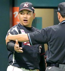 9日のソフトバンク戦で退場となった井口資仁監督(左)