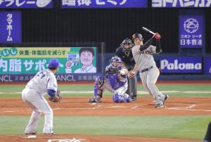 1回2死一塁、空振りの三振に倒れる岡本和真(投手は今永昇太、捕手は戸柱恭孝)(カメラ・中島 傑)