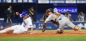 2回1死一、三塁、大和の三ゴロで三塁走者・佐野恵太が本塁タッチアウト(捕手・小林誠司)(カメラ・竜田 卓)