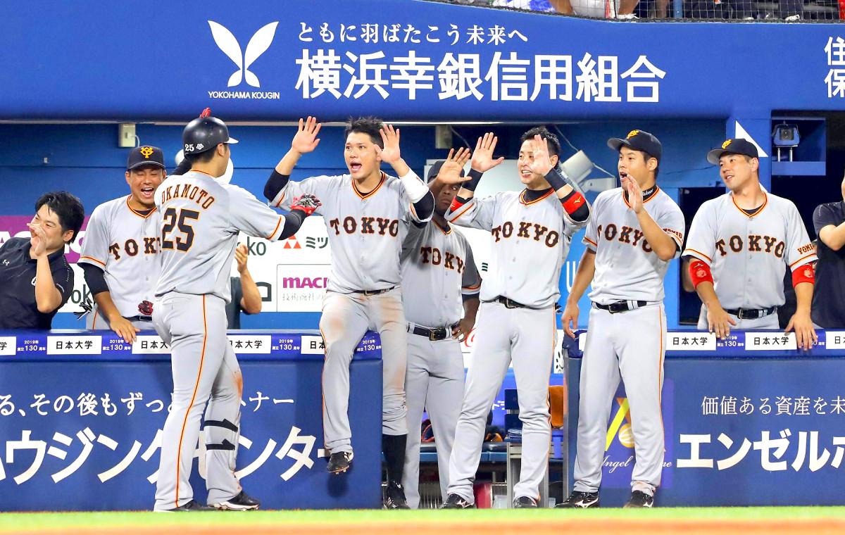 6回2死一塁、左中間へ逆転となる2ランを放ち生還した岡本和真を迎える坂本勇人らベンチ(カメラ・竜田 卓)