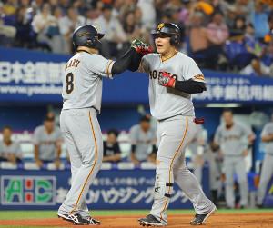 6回2死一塁、岡本和真(右)が左中間へ逆転となる2ランを放ち、丸佳浩に迎えられる(カメラ・竜田 卓)