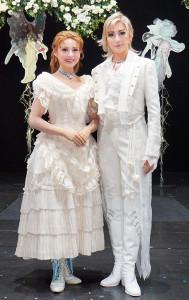 宝塚歌劇花組「A Fairy Tale」の新人公演終演後に舞台上で会見した聖乃あすか(右)と都姫ここ