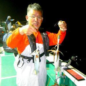 40センチオーバーのムラサキイカの3杯掛けで上げた福田さん(那珂湊港・源丸で)