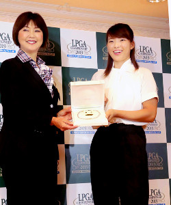 LPGA小林会長(左)から全英女子オープン優勝を記念して、真珠のアクセサリーを贈られた渋野日向子(カメラ・谷口 健二)