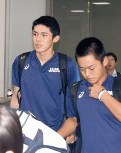成田空港に到着したU18日本代表の佐々木朗希(左)