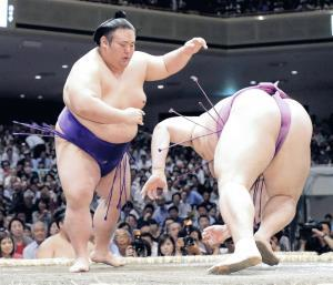 10勝以上での大関復帰を目指す貴景勝(左)が立ち合い直後、はたき込みで朝乃山を下した(カメラ・相川 和寛)