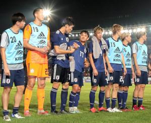 試合後、サポーターの声援に応える日本代表イレブン