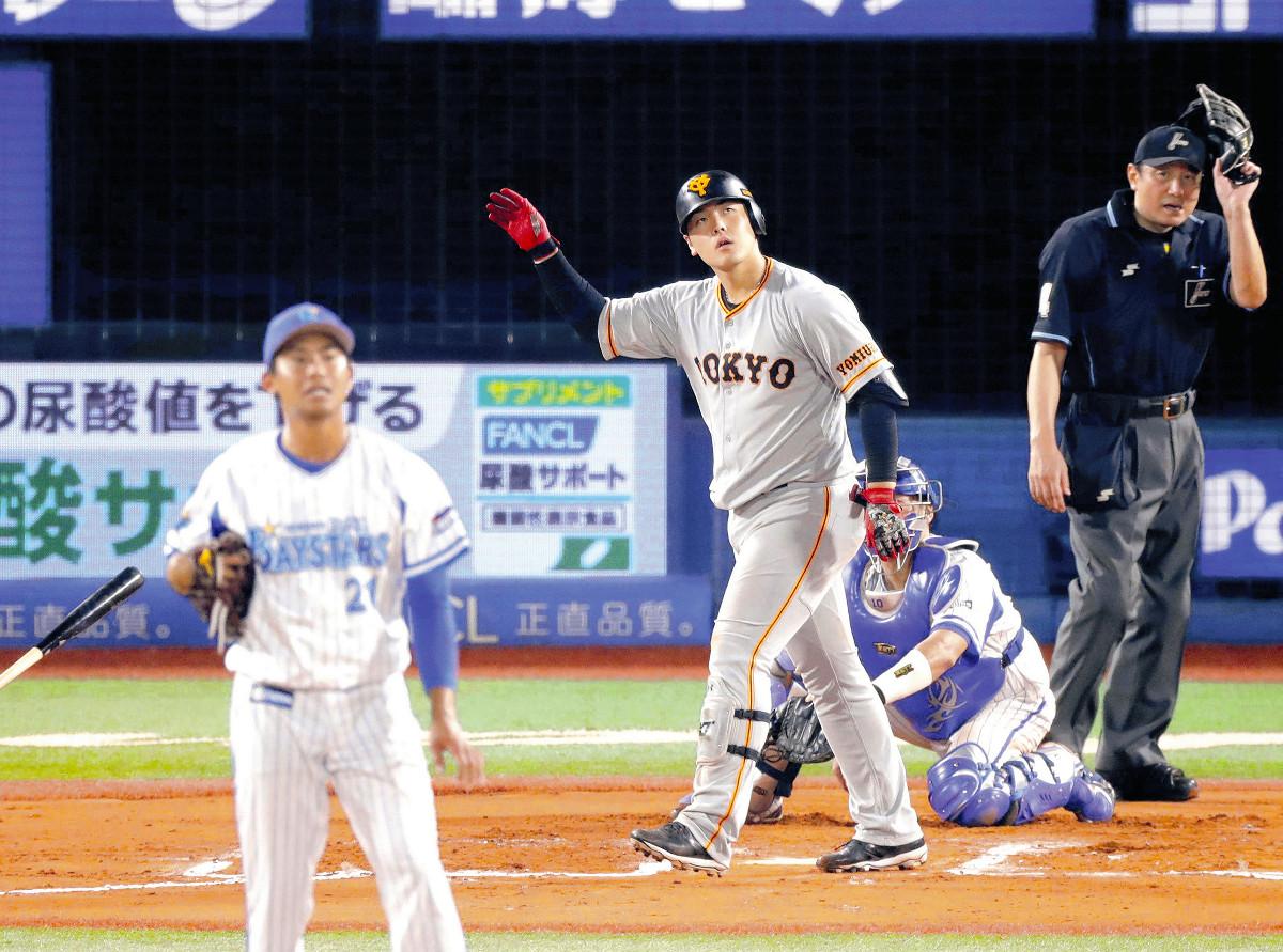 6回2死一塁、左中間に27号逆転2ランを放つ岡本(投手は今永=カメラ・中島 傑)