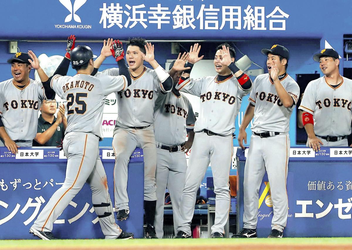 6回2死一塁、左中間へ逆転の27号2ランを放った岡本〈25〉を迎える坂本勇(中央左)らベンチのナイン(カメラ・竜田 卓)