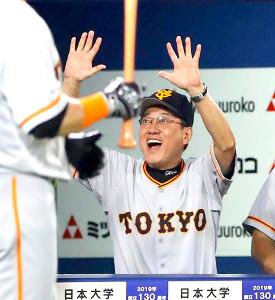 6回2死一塁、左中間へ逆転となる2ラン本塁打を放ち生還した岡本を迎える原辰徳監督(カメラ・竜田 卓)