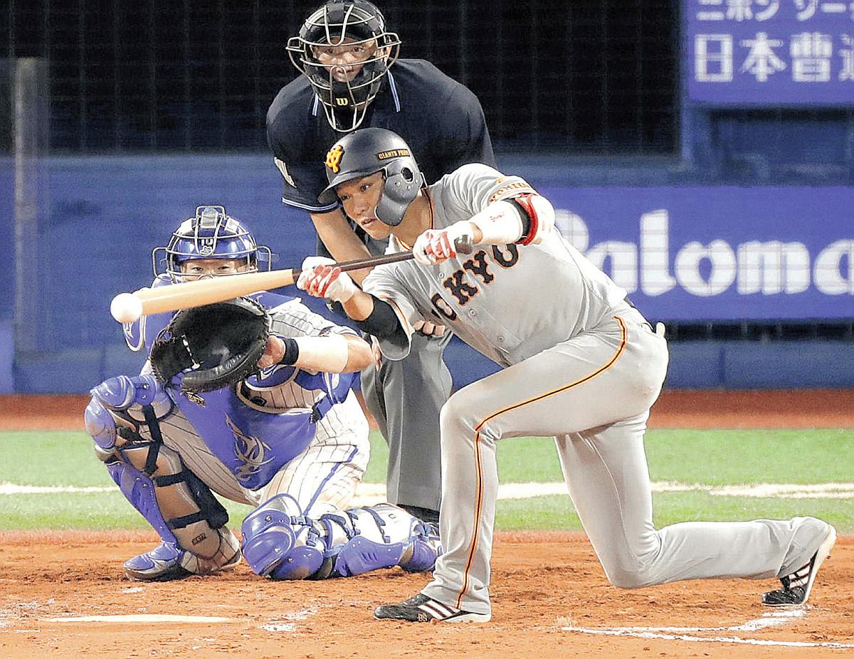 8回無死二塁、坂本勇が投前に送りバントを決める