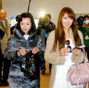 多岐川裕美(左)と華子