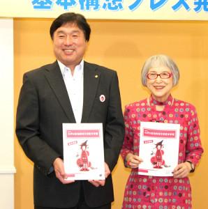文学館の基本構想発表会見に出席した角野栄子さんと斉藤猛江戸川区長