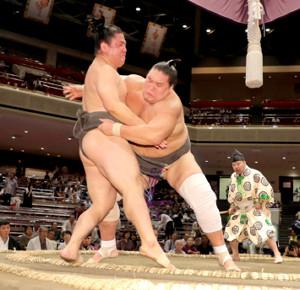 照ノ富士(右)は北はり磨を寄り切りで破る