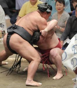 松鳳山(左)にあびせ倒しで敗れた炎鵬
