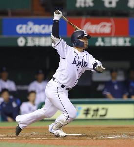 3回2死満塁、森友哉が右翼線に走者一掃の適時二塁打を放つ(カメラ・竜田 卓)