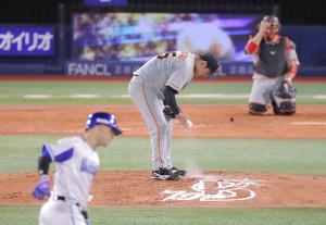 3回2死一塁、ソトに左越え2ラン本塁打を打たれ肩を落とす桜井俊貴(捕手は炭谷銀仁朗(カメラ・中島 傑)