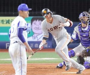 5回2死二塁、左前適時打を放つ坂本勇人(投手は井納翔一、捕手は伊藤光)(カメラ・中島 傑)