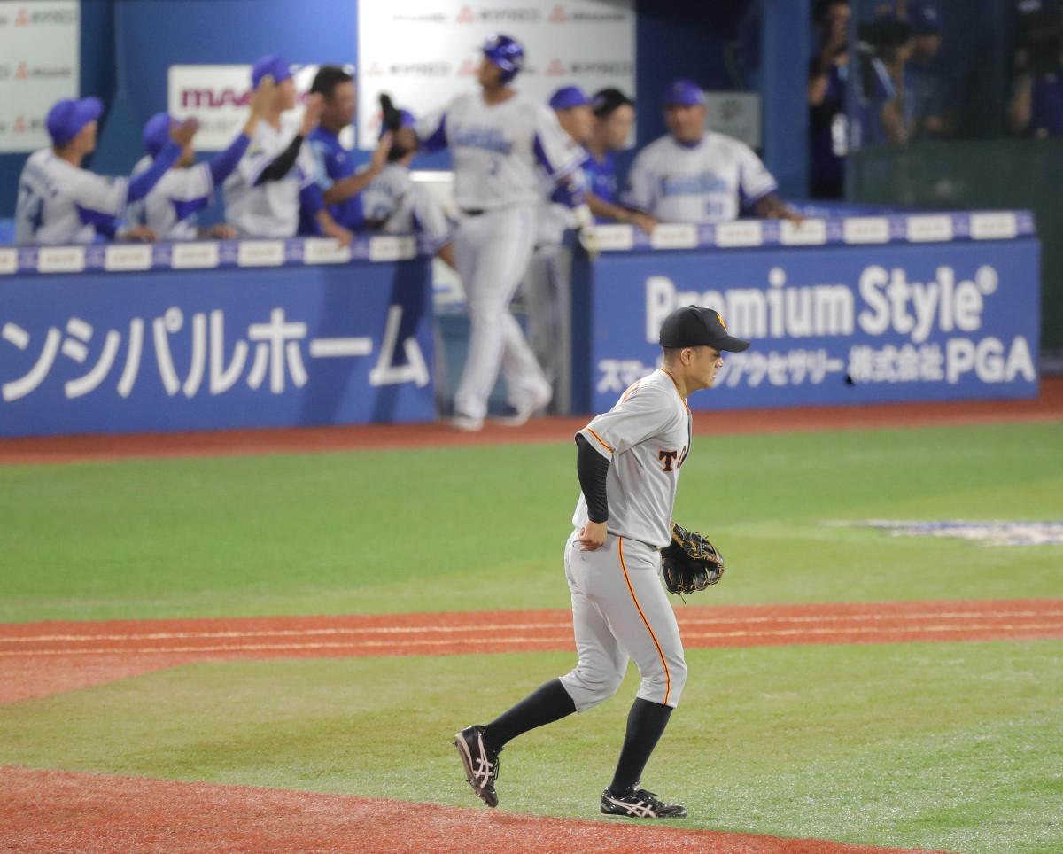 5回2死一、二塁、神里和毅の二ゴロを一塁に悪送球し追加点を許した田中俊太(カメラ・中島 傑)