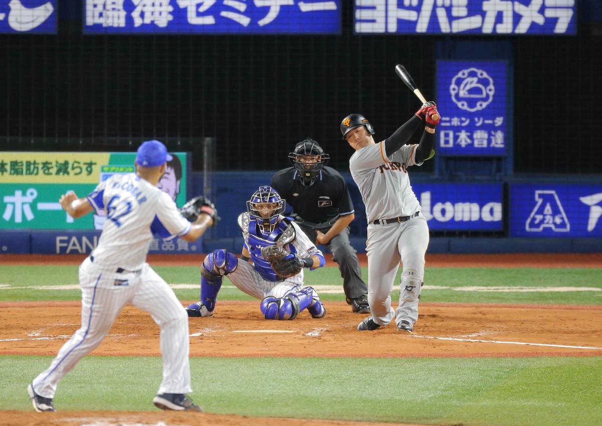 7回1死二塁、空振りの三振に倒れる岡本和真(投手はエスコバー、捕手は伊藤光)(カメラ・中島 傑)