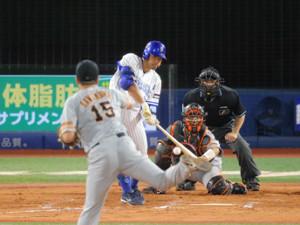 7回1死二塁、右越え2ラン本塁打を放つ梶谷隆幸(投手は沢村拓一、捕手は大城卓三)(カメラ・中島 傑)
