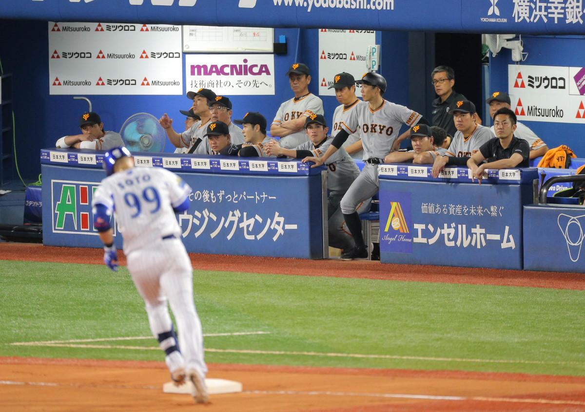 8回2死一塁、ソト(手前)に右越え2ラン本塁打を打たれ静まり返る巨人ナイン(カメラ・中島 傑)