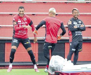練習の合間に笑顔を見せる札幌FWジェイ(左)