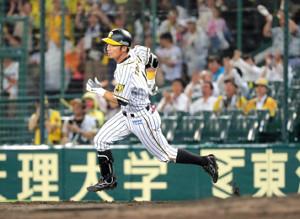 8回、退団表明後の初安打を放ち、二塁へと疾走する阪神・鳥谷