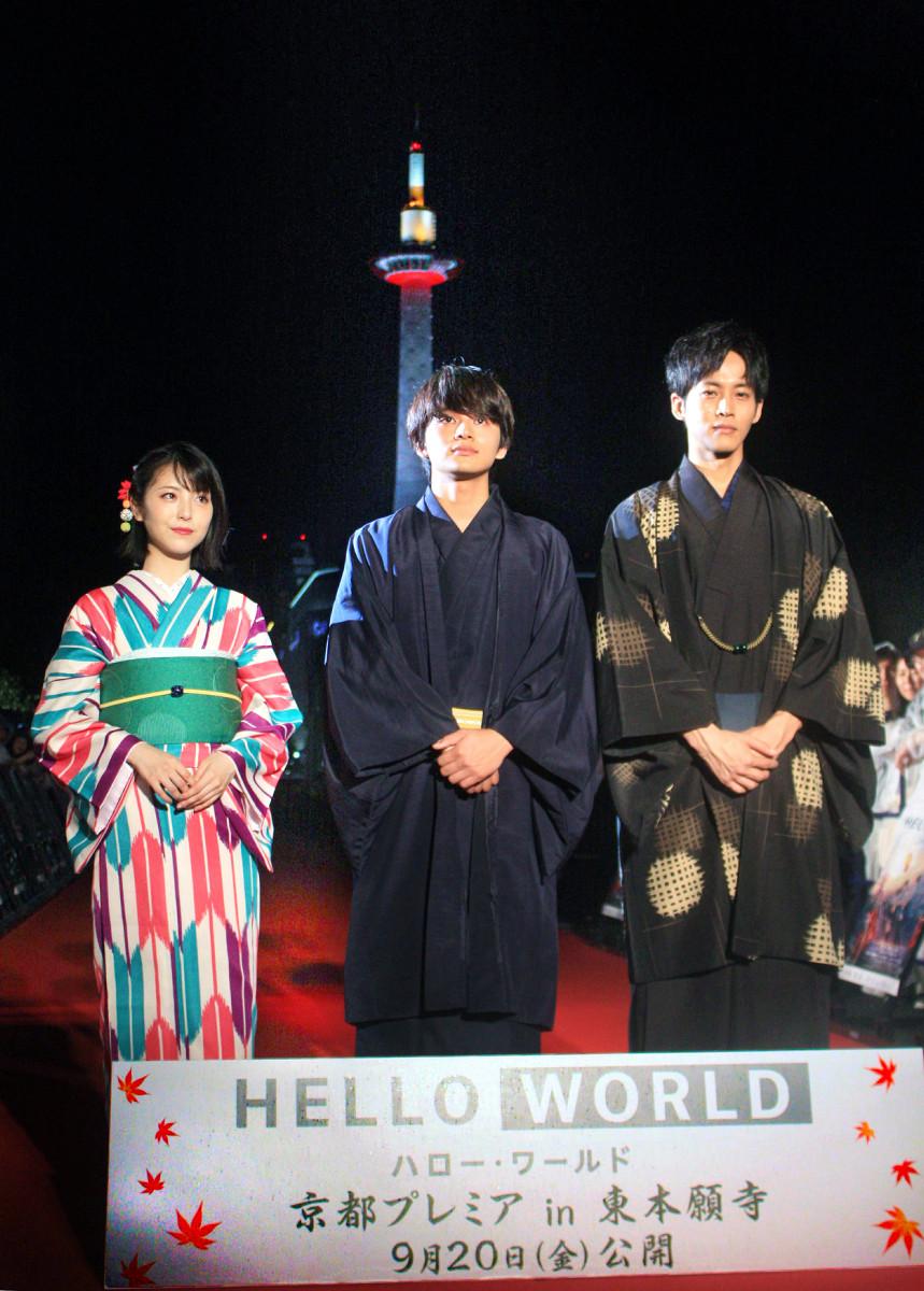 京都タワーをバックに写真に納まる(左から)浜辺美波、北村匠海、松坂桃李