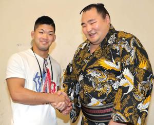 全勝を守った鶴竜(右)は、柔道の大野将平と笑顔で握手した