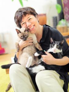 シティ(左)とクティを抱き寄せる青木さやか。飼い主として「2匹を癒やせる存在になりたい」と語った(カメラ・小泉 洋樹)