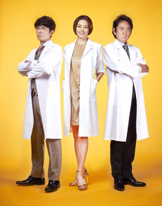 白衣姿でポーズを決める(左から)ユースケ・サンタマリア、米倉涼子、市村正親