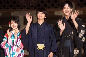 映画「ハローワールド」の京都プレミアに出席し、東本願寺の御影堂門でカメラに手を振る(左から)浜辺美波、北村匠海、松坂桃李