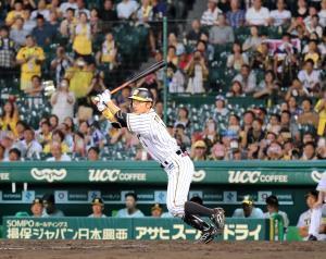 8回1死一塁、代打・鳥谷は左翼線に適時二塁打を放つ(カメラ・義村 治子)