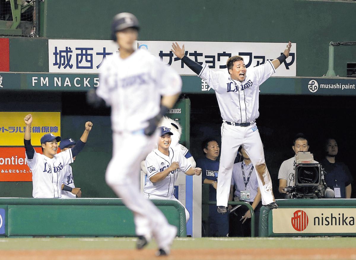3回2死満塁、森の走者一掃の先制二塁打に、ベンチで大ジャンプして喜ぶ山川(右)(カメラ・竜田 卓)