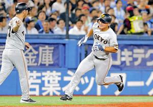 5回2死二塁、坂本勇の左前適時打で生還した山下航(右)