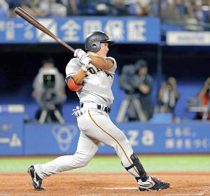 5回1死、右翼線に二塁打を放つ代打の山下航(カメラ・泉 貫太)