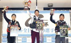 表彰台でカップを掲げる(左から)準優勝・青木、優勝・車、3位・桑原の3選手