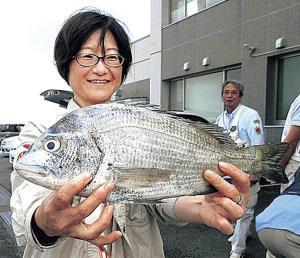 良型チヌを釣り上げ笑顔の田口美帆さん