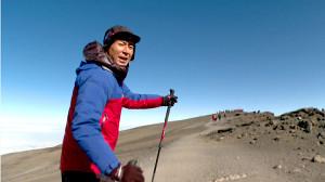 キリマンジャロの山頂付近にたどり着いたABCテレビ「おはよう朝日です」の司会・岩本計介アナウンサー(ABCテレビ提供)