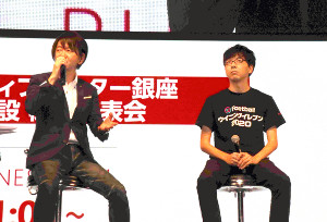 eスポーツ専門学校の新設を発表した大田良彦校長(左)と第18回アジア競技大会「ウイニングイレブン2018」金メダリスト・杉村直紀さん