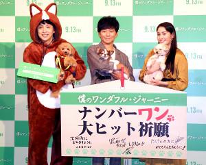 愛犬とともにイベントに参加した(左から)児嶋一哉、渡部建、早見あかり