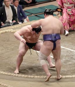 魁勝(左)は、青狼を押し出しで破る