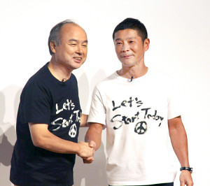 色違いのTシャツでツーショットにおさまる前澤友作氏(右)と孫正義氏