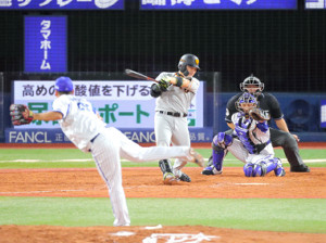4回1死一塁、25号2ラン本塁打を放つ丸佳浩(カメラ・池内 雅彦)