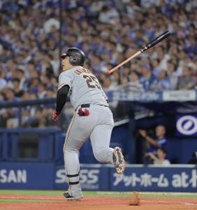 6回2死、岡本和真が左越えに二塁打を放つ(カメラ・橋口 真)